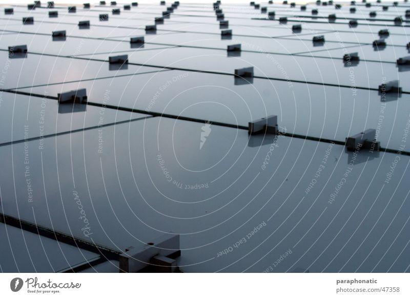 Glasstruktur Himmel weiß blau Freiheit grau Metall hoch Fassade Perspektive lang Verbindung Knöpfe Doppelbelichtung Halterung Länge