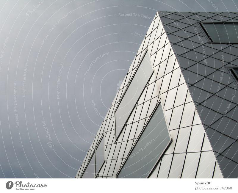 grau in grau in grau Wolken Fassade Haus Fenster Fensterfront Reflexion & Spiegelung Glasscheibe Quadrat Köln trist Himmel Vorderseite reflektion Neigung