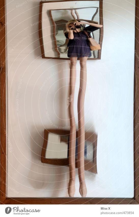 lange Haxn Mensch feminin Junge Frau Jugendliche Beine 1 Spiegel lustig Spiegelbild Verzerrung wahrnehmen Selbstportrait Farbfoto Innenaufnahme Experiment