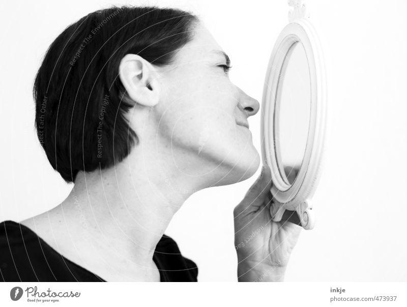 Ich bin ja so wundervoll. Mensch Frau schön Gesicht Erwachsene Leben Gefühle Stil Zufriedenheit Lächeln Neugier Spiegel Wohlgefühl selbstbewußt Stolz Interesse