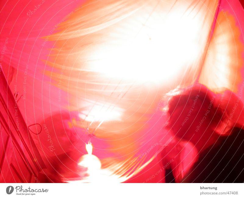 roter salon Party Licht Lichtkegel Frau Froschperspektive Unschärfe blur light red
