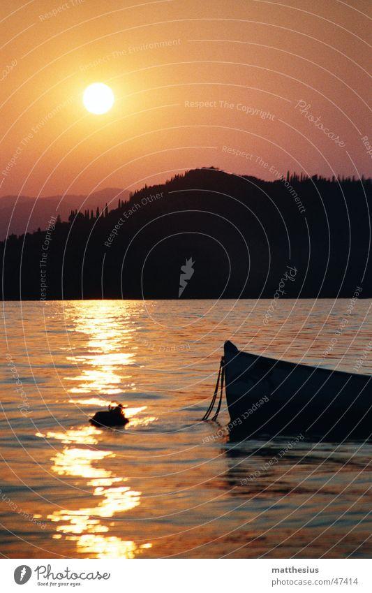 Sonnenuntergang am Gardasee rot See Bardolino Wasserfahrzeug Licht Fischerboot Romantik Physik orange Schatten Wärme