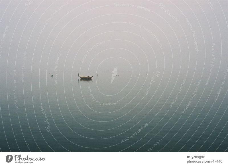 Einsames Ruderboot ruhig Einsamkeit Nebel Ruderboot Beiboot Hiddensee