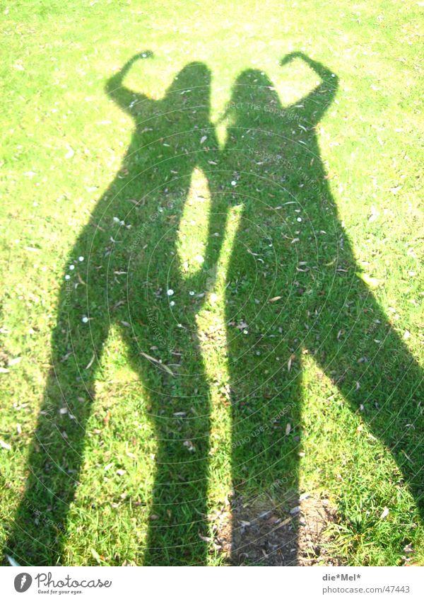 Schatten-Frauen Sonne Blume grün dunkel Wiese Gras Körperhaltung