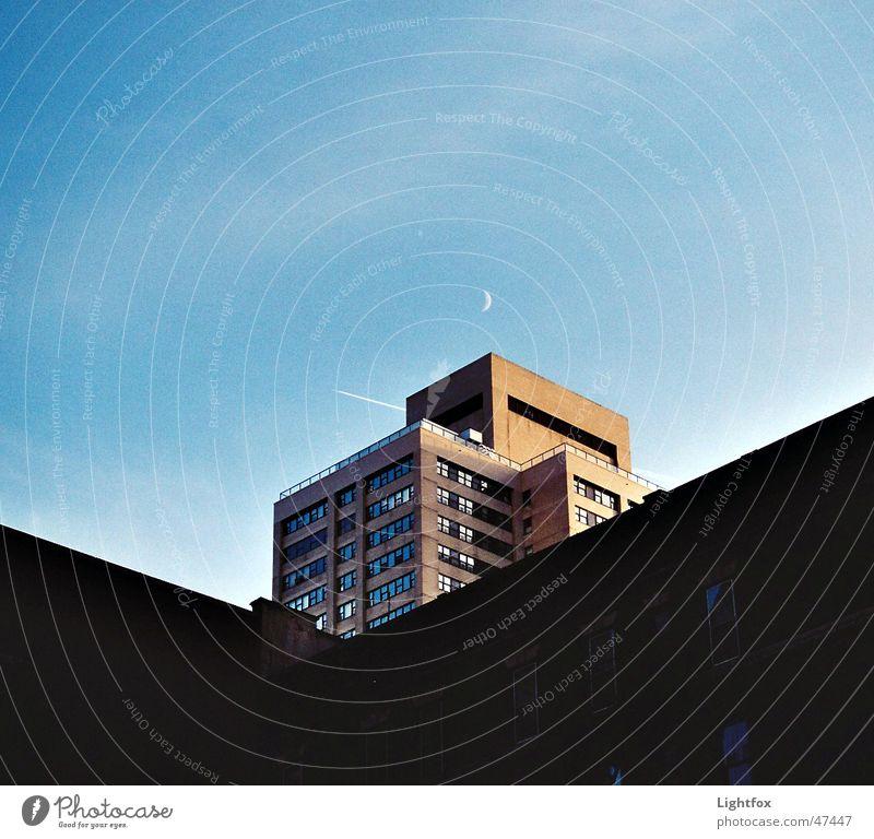 Moonligt Shadow Gebäude New York City Flugzeug Haus Stadt Fenster Hochhaus Mond architektur. hell dunkel Abend kondenstreifen Ecke Glas Kontrast zenit
