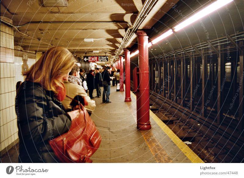 UhhhhBahn Mensch Stadt gelb dunkel Arbeit & Erwerbstätigkeit warten Eisenbahn stehen Gleise Fliesen u. Kacheln U-Bahn New York City