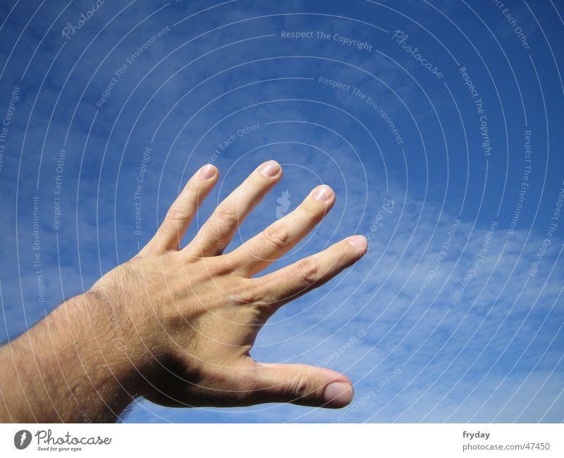 Griff in den Himmel Hand blau fangen
