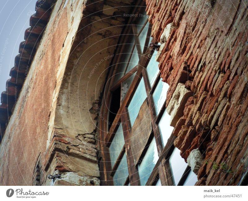 altes Fabrikfenster Fenster Mauer Backstein verwittert Glas