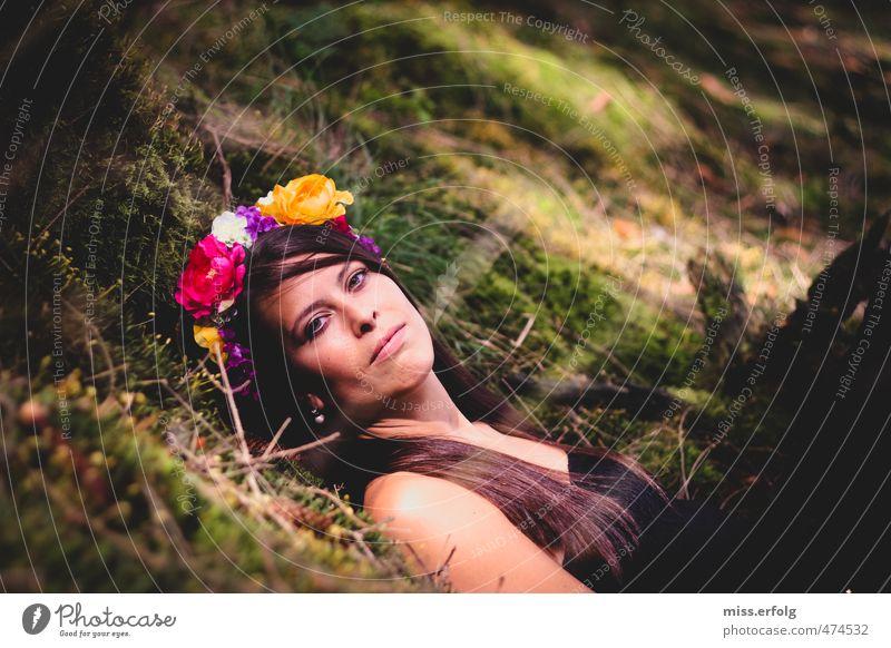 Natürlich schön. Natur Jugendliche grün Sonne Junge Frau 18-30 Jahre Erwachsene Umwelt Leben Haare & Frisuren Freiheit liegen träumen rosa Körper