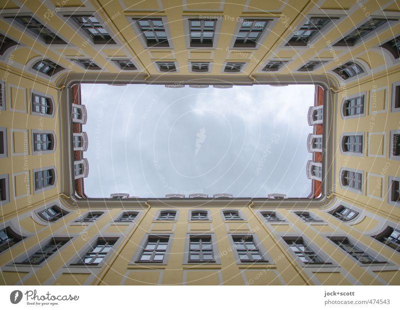 Passage Himmel Stadt ruhig Ferne Fenster gelb Herbst Gebäude Stil Fassade Luft authentisch Perspektive frei ästhetisch Sauberkeit