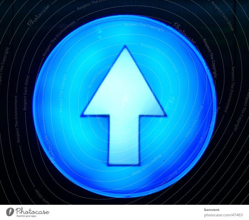 3D Pfeil weiß schwarz Wegweiser Vorfahrt dreidimensional blau Linie zeigen Schilder & Markierungen Zeichen Hinweisschild
