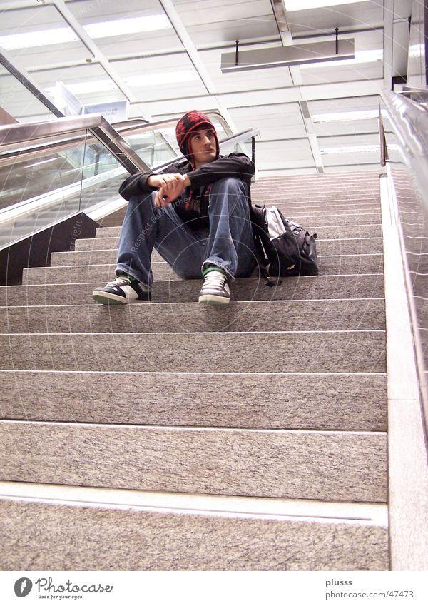 Gedankenversunken Jugendliche Mann Einsamkeit Erwachsene Denken Stil träumen sitzen warten Schulgebäude Ziel Flughafen Bahnhof untergehen Treppe