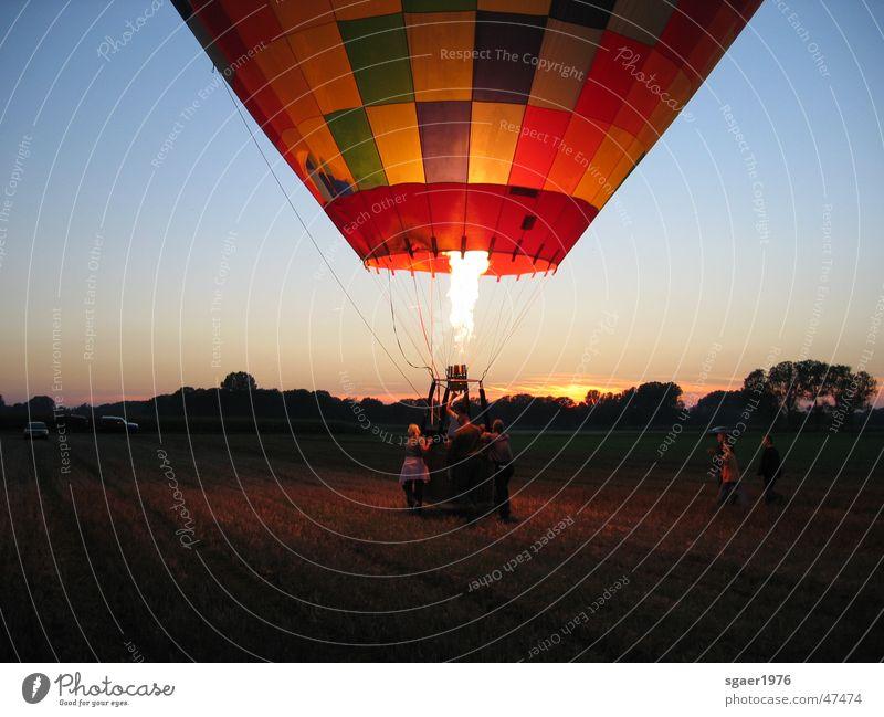 Ende einer Ballonfahrt fliegen Brand fahren Ballone Abenddämmerung Korb Gasbrenner