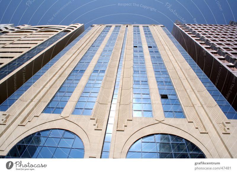Tower in Abu Dhabi Himmel blau Haus Glas hoch modern