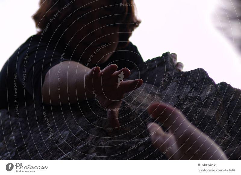 Reich mir deine Hand Mensch Frau Jugendliche Erwachsene dunkel Kopf Stein Paar Angst Felsen Arme Finger gefährlich Hilfsbereitschaft Junge Frau