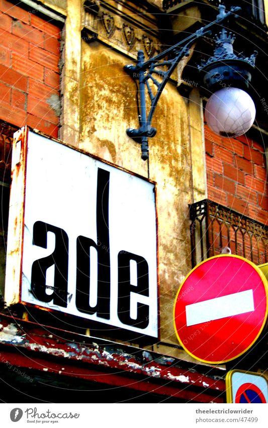 Valencia Haus Lampe Architektur Schilder & Markierungen verfallen Laterne Spanien Verkehrswege Abschied Straßenbeleuchtung Straßennamenschild Valencia Wiedersehen Parkverbot Einbahnstraße
