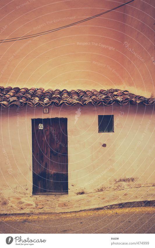 Tür, Fenster, Dach alt Einsamkeit Haus Wärme Wand Straße Mauer Wege & Pfade Architektur Gebäude Fassade Häusliches Leben trist einfach