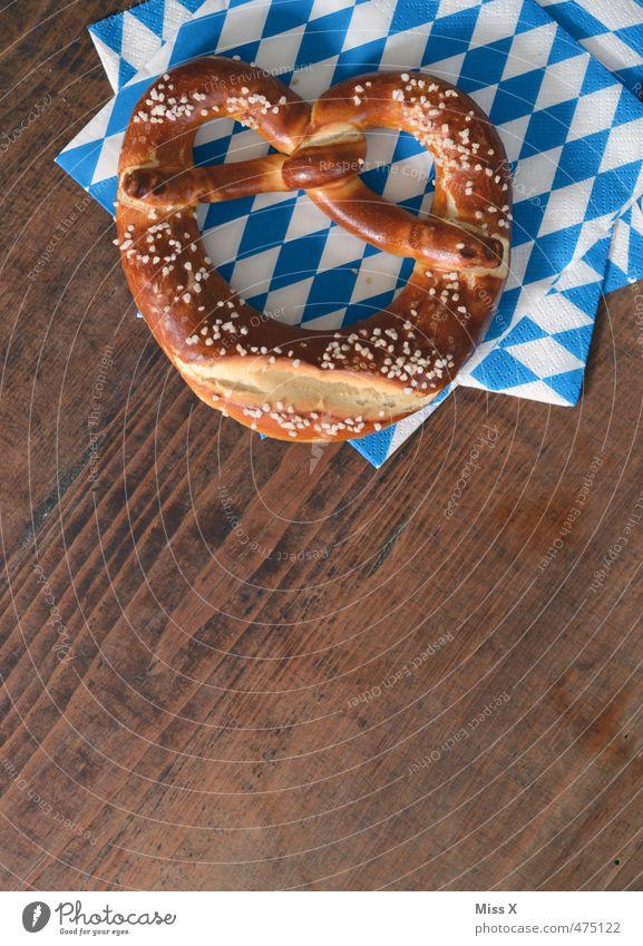 Brezel Lebensmittel frisch Ernährung lecker Jahrmarkt Bayern kariert Mahlzeit Backwaren Mittagessen Oktoberfest Teigwaren Holztisch Büffet Kochsalz Fastfood