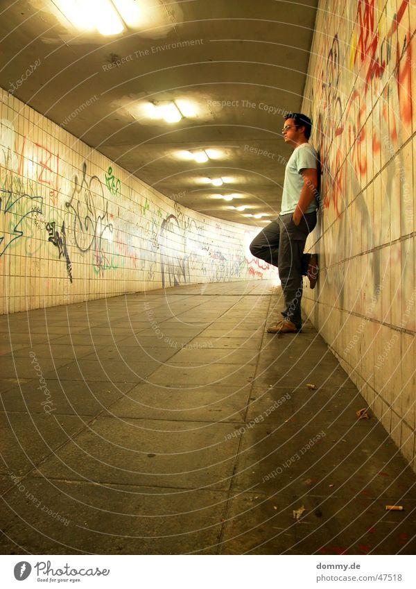 nun warte ich schon... Mann Schuhe warten dreckig T-Shirt stehen Bodenbelag lang Hose Fliesen u. Kacheln Tunnel Untergrund Spray Würzburg