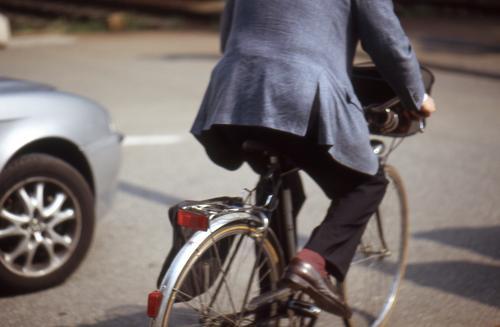 fahrradfahrer Fahrrad Fahrer Italien Sommer Stadt Anzug Straße Provinz Como sun Sonne street bycicle drive car PKW Bewegung motion