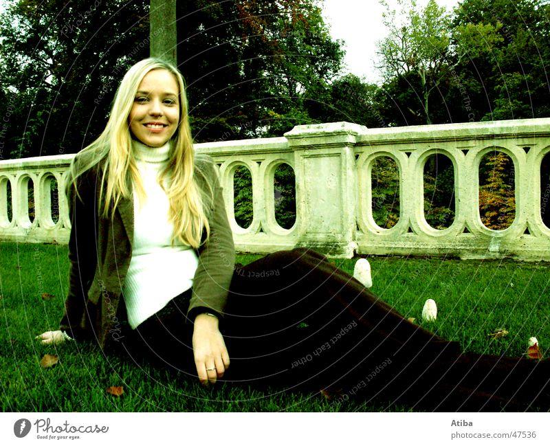 süße maus Wolken Wiese Schlosspark Park Frau blond kalt Baum Herbst sympathisch schön Himmel lachen