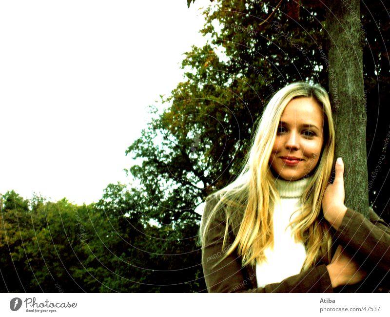 süße maus #2 Wolken Wiese Schlosspark Park Frau blond kalt Baum Herbst sympathisch schön Himmel lachen