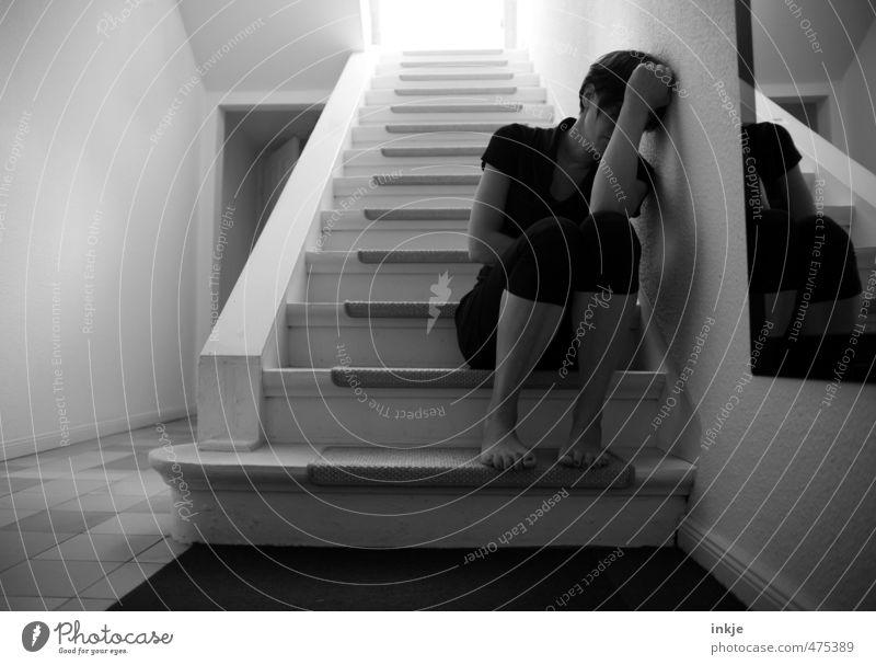 Bist Du auch manchmal so allein? / heul doch! Mensch Frau Einsamkeit Erwachsene dunkel Leben Gefühle Traurigkeit Körper Wohnung Treppe sitzen Lifestyle