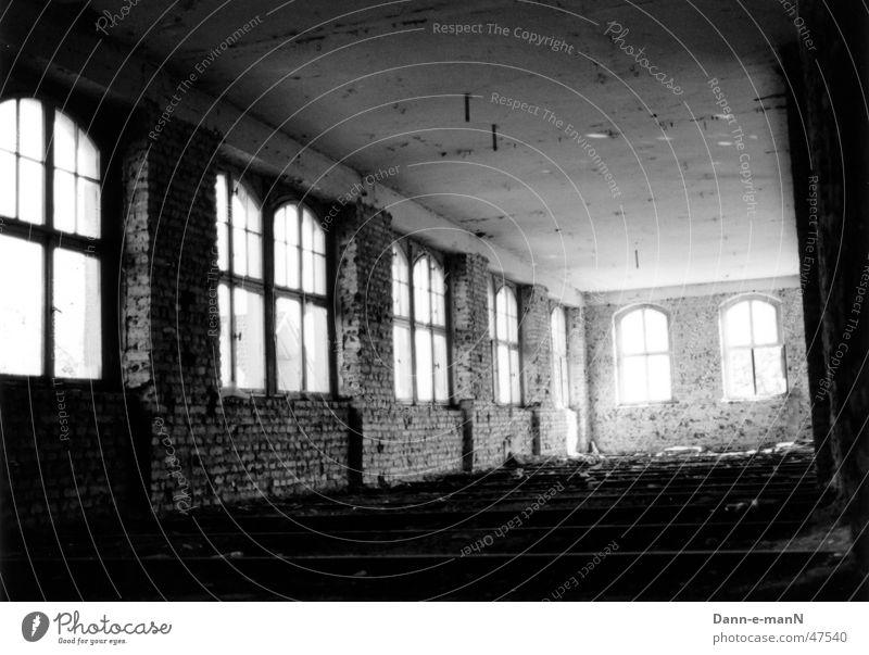 Durch Raum und Zeit verfallen Backstein Fenster Fabrik trist schäbig Kontrast Schwarzweißfoto alt