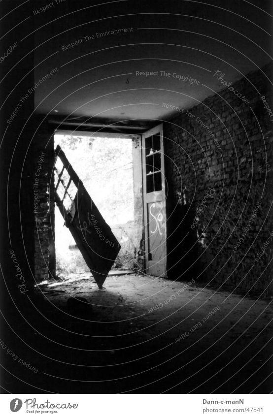 Licht am Ende des Tunnels kaputt Backstein Zahn der Zeit verfallen Tür alt schäbig Schwarzweißfoto Kontrast Schatten