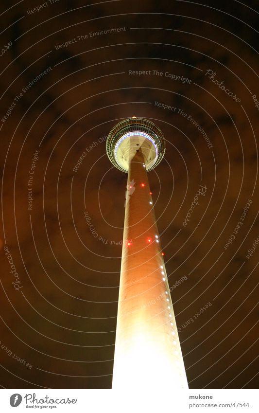Düsseldorfs untergang rot Wolken hoch Perspektive Berliner Fernsehturm Plattform