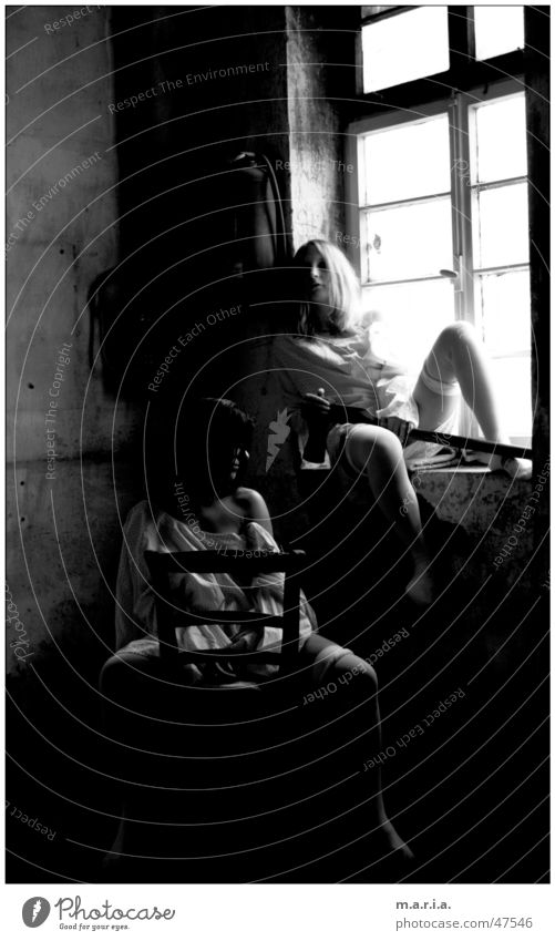 thelma&luise1 Frau Axt Fenster Licht Schulter Lagerhalle dunkel Örtlichkeit Porträt Mensch Stuhl Haut Beine Schwarzweißfoto location