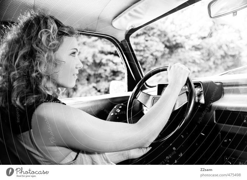 Road Trip Lifestyle Stil Ferien & Urlaub & Reisen feminin Junge Frau Jugendliche 18-30 Jahre Erwachsene PKW Mode T-Shirt Piercing blond Locken fahren festhalten