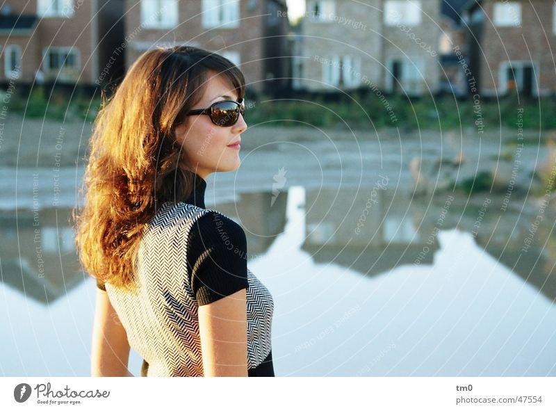spätsommerlich Reflexion & Spiegelung Frau schön Körperhaltung Sonnenbrille Stimmung See Haus Sonnenuntergang Abend elegant diana