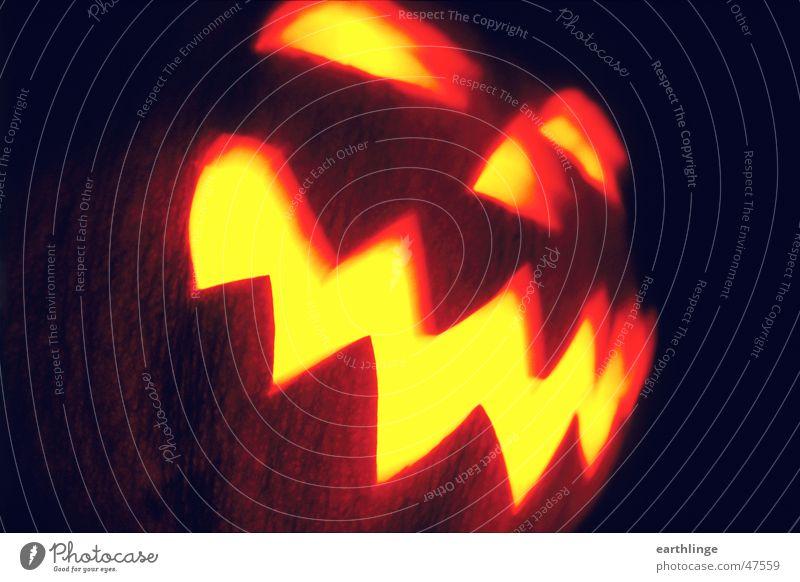 Hello Ween! Auge dunkel Mund orange Nase Kerze analog gruselig Halloween Schrecken hohl Kürbis Öffnung Zickzack Querformat ausgeschnitten