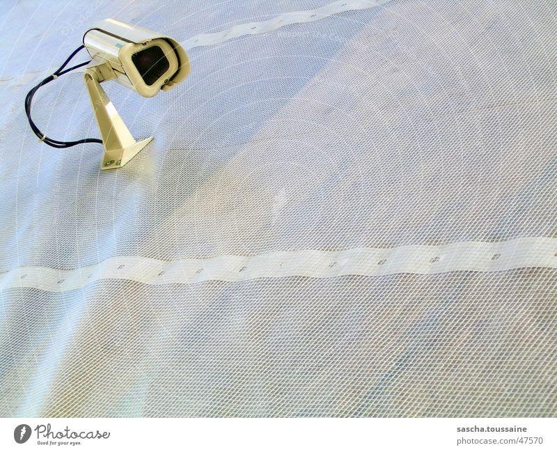 FolienCam #2 hell Sicherheit Ordnung gefährlich Technik & Technologie Schutz Fotokamera beobachten Kontrolle Wachsamkeit Geborgenheit Baugerüst Überwachung Abdeckung Gerüst Folie