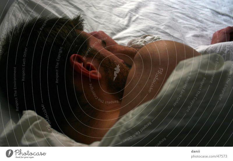 Schläfer Mann Hand weiß Kopf schlafen Bett Ohr Bart Bettwäsche