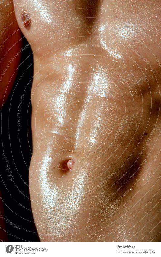 Waschbrett die Erste Mann Wassertropfen nass Brust Bauch Akt