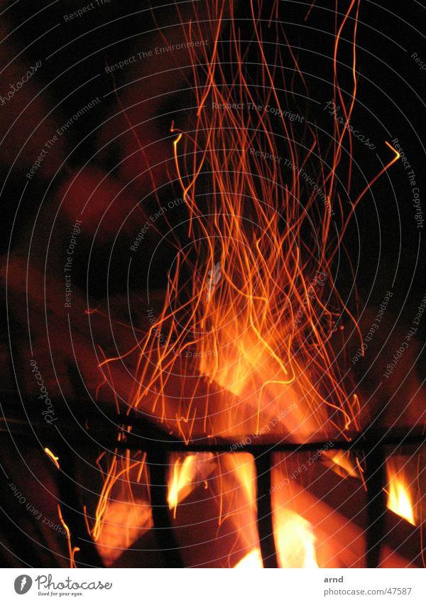 feuerabend dunkel Holz Wärme Brand Ast brennen Flamme Eisen Korb Funken Brennholz