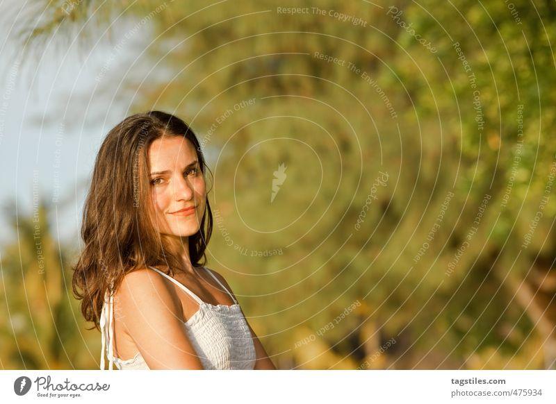 I LIKE YOUR SMILE Frau Mädchen brünett Ferien & Urlaub & Reisen Reisefotografie Idylle Porträt Farbfoto Kleid lachen Lächeln schön Model Strand Sonnenstrahlen