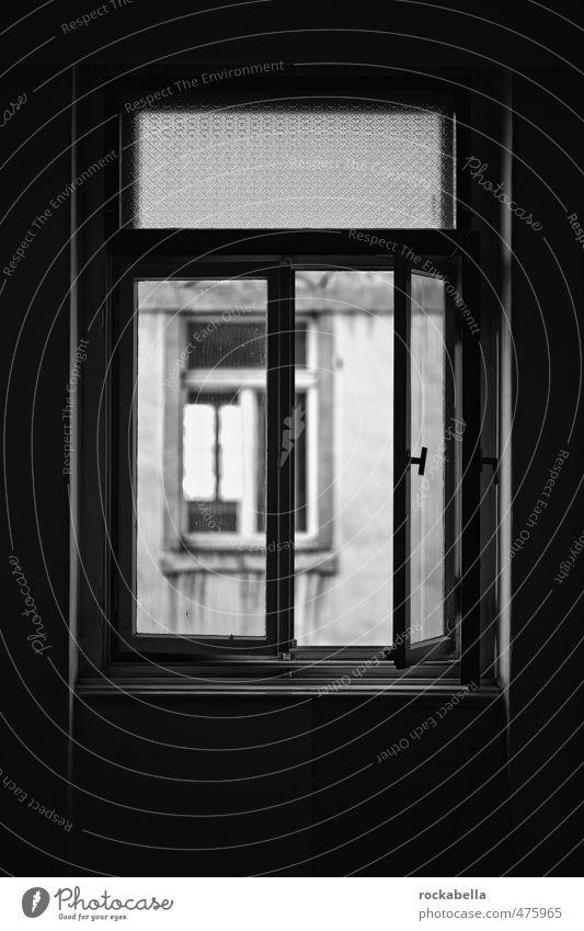 Weg ins Licht Haus Mauer Wand Fenster alt dunkel Unbewohnt Schwarzweißfoto Innenaufnahme Tag Gegenlicht Schwache Tiefenschärfe