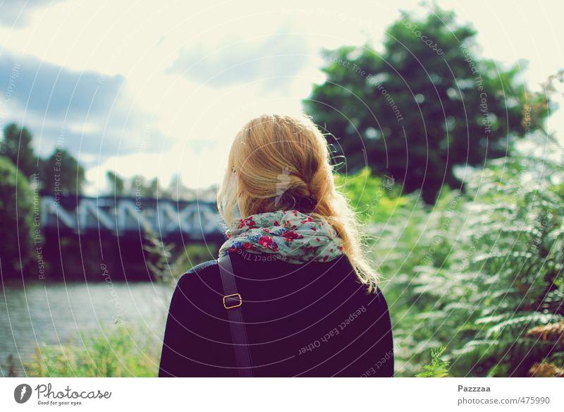 A walk at the Tow Path feminin Junge Frau Jugendliche Kopf Haare & Frisuren 1 Mensch 18-30 Jahre Erwachsene Sommer Sträucher Park Fluss Stadtrand Erholung