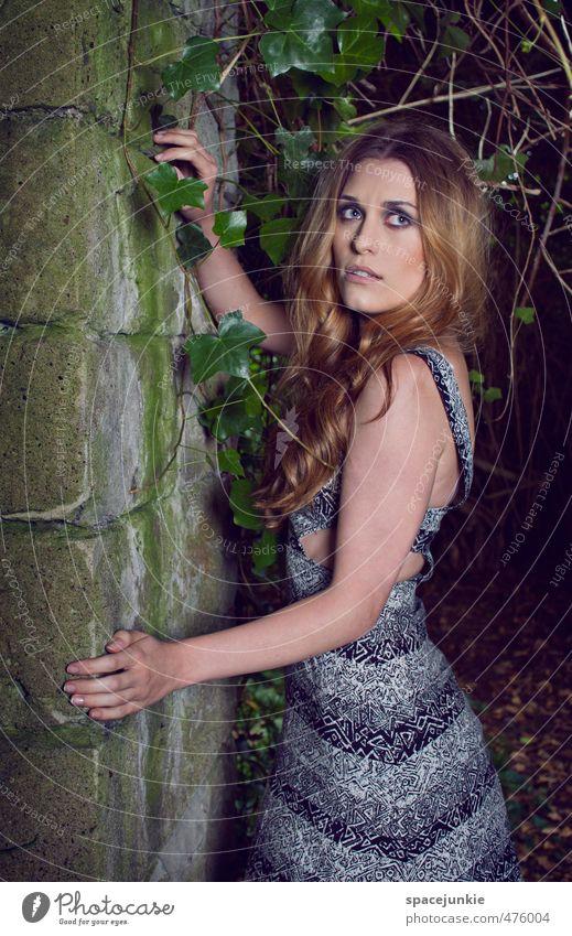 At night Mensch feminin Junge Frau Jugendliche Erwachsene 1 18-30 Jahre Natur Herbst Pflanze Sträucher Garten Ruine Bauwerk Gebäude Mauer Wand Fassade berühren