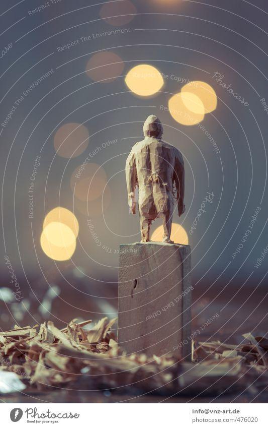 Schnitzer Holz schnitzen Figur Holzspäne Späne segespähne Licht Blitzlichtaufnahme Kunstlicht Unschärfe Stimmung Weihnachten & Advent festlich Gesäß