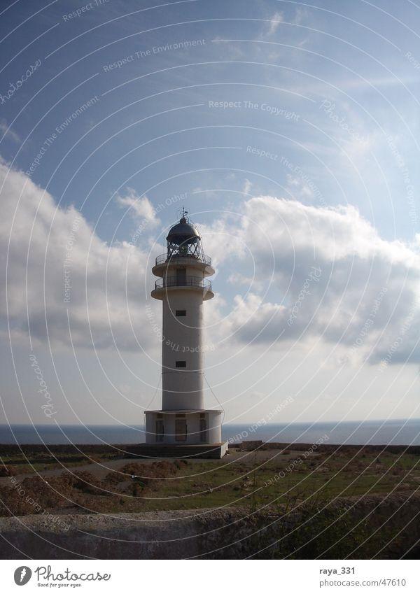 Leuchtturm am Cap de Barbaria Himmel weiß Meer blau Sommer Strand Ferien & Urlaub & Reisen ruhig Wolken Küste Insel Turm Fernweh Mittelmeer Balearen
