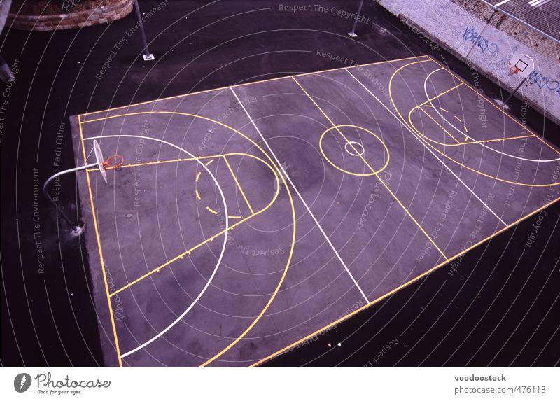 Basketballfeld von oben Spielen Sport Netzball Beton schwarz Gerichtsgebäude Feld Spielfeld Rollfeld Linien gemalt Stadt grau Farbfoto Gedeckte Farben