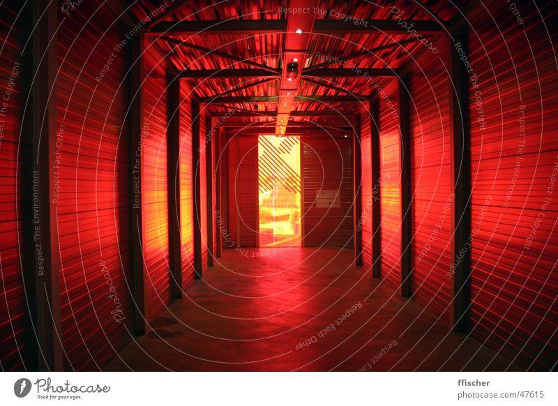 Teufelsgang rot Fenster gelb dunkel bedrohlich schwarz Licht Amsterdam Niederlande Hölle Stedeliijk Kunst modern Ampel Museum Gang