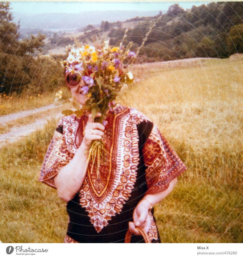 Hippie Mensch feminin Frau Erwachsene Leben 1 18-30 Jahre Jugendliche Umwelt Natur Landschaft Pflanze Sommer Blume Wiese Mode Sonnenbrille Lächeln lachen