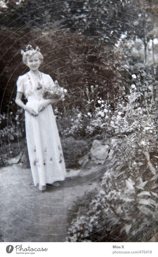 Hochzeit Feste & Feiern feminin Junge Frau Jugendliche Leben 1 Mensch 18-30 Jahre Erwachsene Frühling Sommer Blume Park Kleid Glück Gefühle Stimmung Liebe