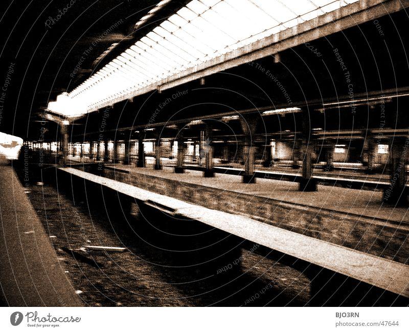 the lost #04 Einsamkeit dunkel Mauer Wege & Pfade Gebäude Fabrik Gleise gruselig Bahnhof Säule Bahnsteig