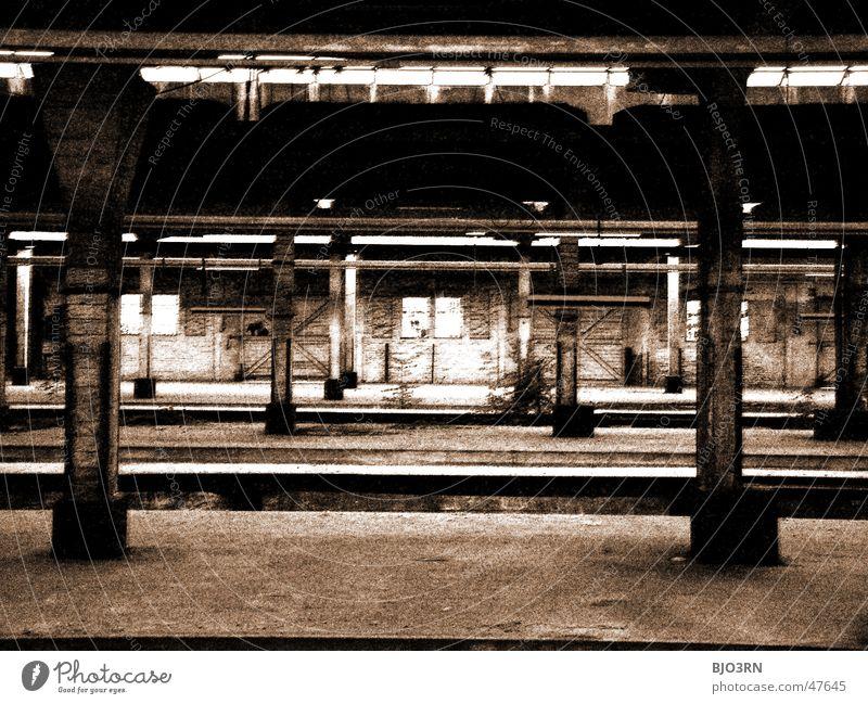 the lost #05 Einsamkeit dunkel Mauer Wege & Pfade Gebäude Fabrik Gleise gruselig Bahnhof Säule Bahnsteig